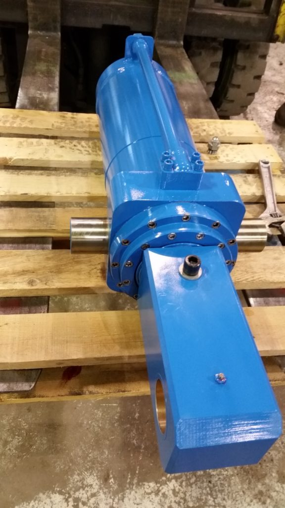CUSTOM HYDRAULIC CYLINDER MACHINED TO CUSTOMER REQUIREMENTS.